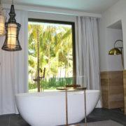 bañera en habitación con vistas