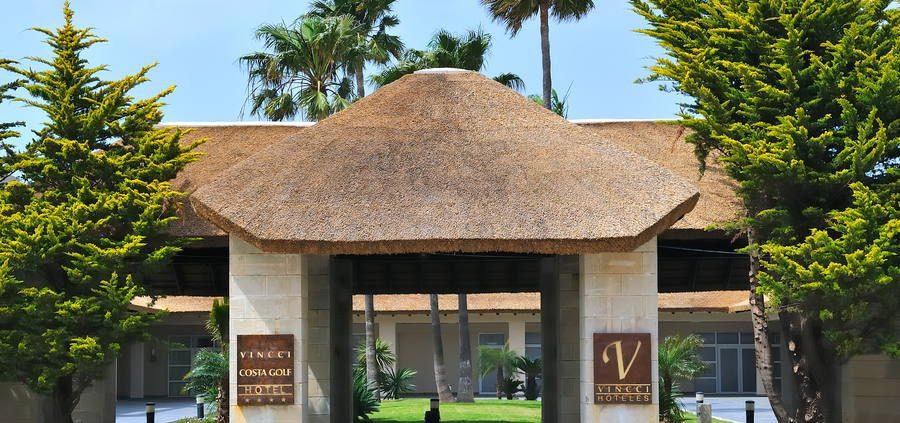 Entrada del hotel Costa golf