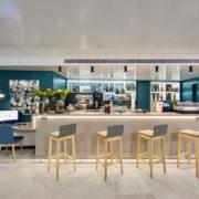 Bar Internet o cibercafe, del hotel de tonos azulados y crema