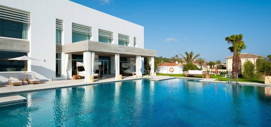 Fachada lateral con piscina