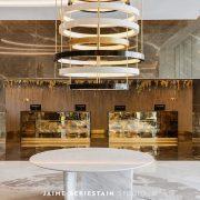 recepción del Hilton Tánger con lámpara