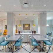 Práctico y fresco comedor de desayunos. Destacan los tonos blancos y azulados un atrevido toque naranja