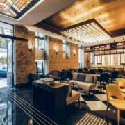 Entrada recibidor con bar incorporado e impresionante lámpara